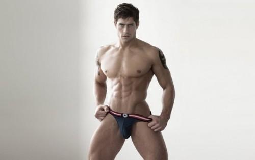 модельная красивая мужская фигура